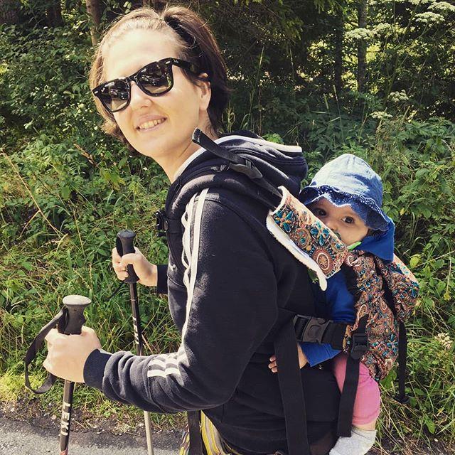 Prima volta sulla schiena per Carlottina! #montain #babywearing #dolomiti #putzalm #malgapozzo #altoadige #kibi