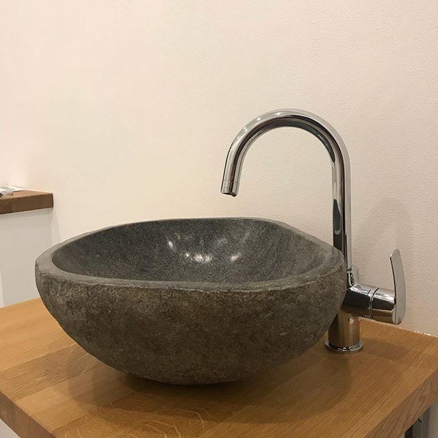 """Ein """"schnelles"""" Montageprojekt am Abend. Das ist ein ausgehöhlter Flussstein (als Waschbecken). Ich finds #mega gut 😊 #waschbecken #flussstein #stein #eiche #diy #alexfuerst"""