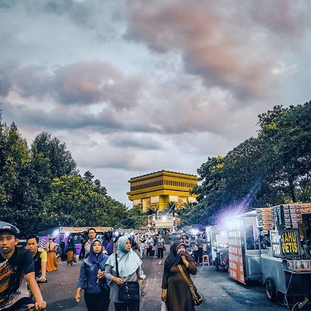 Cari kerak telor kaga ada ternyata. . . . #3xplorefgi #fujiguysid #xt20_id #fujifilmxt20 #xc1650mm #simpanglimagumul #monumen #tugu #kediri #pasartugu #pasarsabtuminggu #jajanan #streetphotography #nyetrit