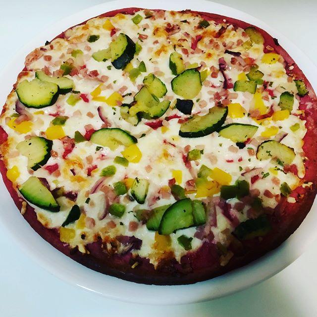 Me ha parecido riquisima la pizza de remolacha. La base es morada porque eata hecha con este tuberculo y como ingrediente proncipal, el calabacin. Sin duda, un gran descubrimiento al que me voy a hacer habitual #kuvut #kuvutlover #droetker #pizza #iloveveggies #healthyfood