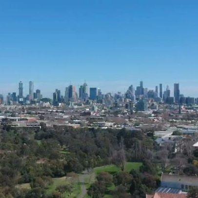 🙃 Melbourne 🇦🇺 ° ° ° ° ° ° 🐨 ° ° ° ° ° #melbourne #australia #city #picoftheday #instatravel #travel #travelingphotos #travelgram #traveling #travelling #downunder #video #skyporn #birdview #clearsky #citygirls #city #landscape #droneview #ciudad #oceania #skyscraper #viajaresvivir #viajar #traveltheworld