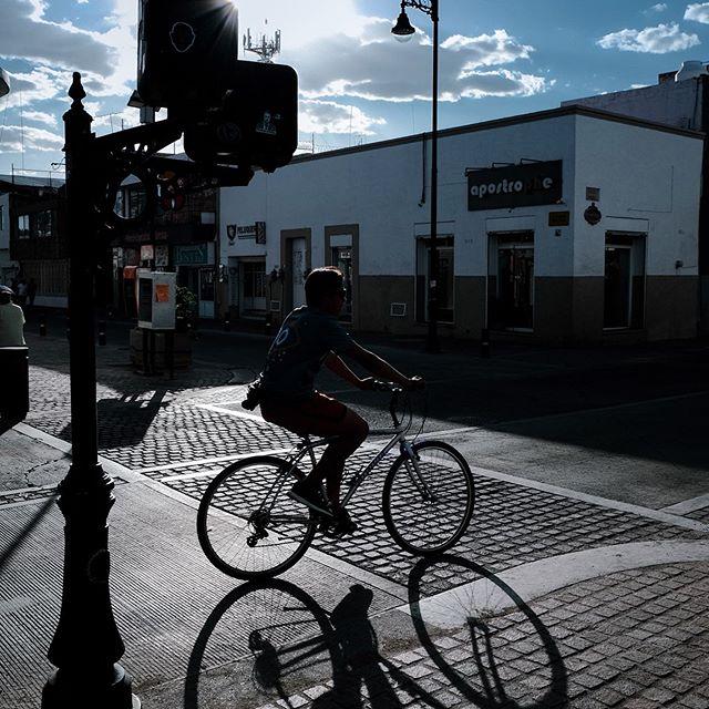 Un poco de street walking 🚶 por las calles de Aguascalientes, aprovechando esas sombras tan contrastadas por la hora del día. 1 o 2??. 📸Fujifilm x-t30 • 🔥#cdmxparatodos • • • • • • • • • #streetphotography_mexico #walking_street #mimexico #fujiholics #fujifilmxt30 #street_is_life #urbanandstreets #identidadmexico #streetclassics #streetoftones #aguascalientesmexico #streetcapture #unlimitedmexico #fotodecalle #streetgrammer #fujixt3 #mexicolindo #streetphotographycolor #streetphotographymexico #streetleaks #travelmexico #streetphotoclub #mexico_great_shots #joyasfotograficas #streetmood #fujifilmxt3 #streetphotographynow  #street_ninjas #streetphotographercommunity