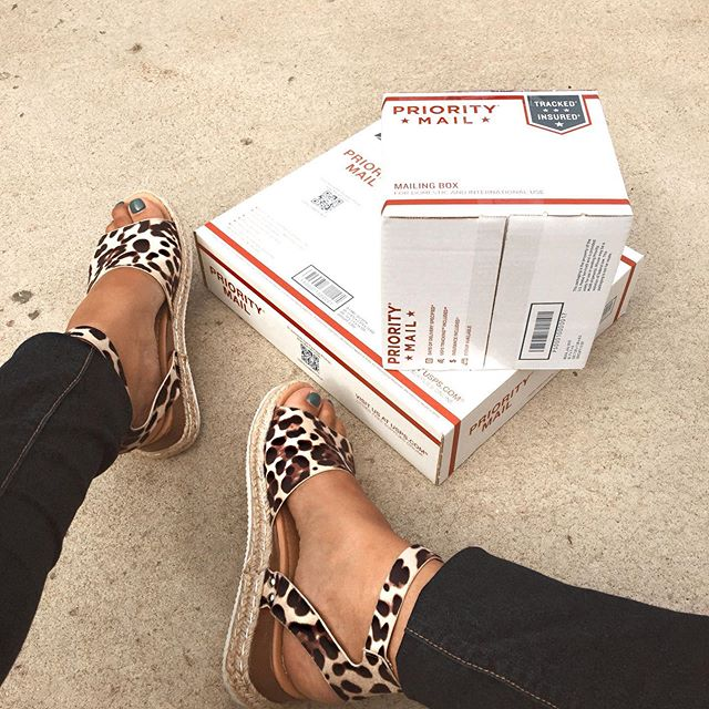 What better way to celebrate #poshpackages than to snap a pic with shoes I got on @poshmark 🙌🏼 As a #poshaffiliate not only do I sell on Poshmark, I also buy! These are definitely coming with me on my trip 🧡 Click the link in my bio to shop my closet & check my insta story to see which gorgeous closet I got these #shoes from! #poshstyle