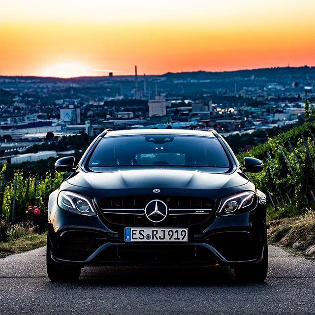 Produktplatzierung| Unterstützt durch @russjesinger 🌟 Das @mercedesamg E63s T-Modell🌟 Ein kraftvoller Mercedes, ein Ausblick über die ganze Stadt und ein Sonnenuntergang.. was braucht man eigentlich mehr im Leben stellt sich die Frage? 🤔🌟 ----------------------------- ❌ We wish you a great start into your new week with the front of this powerful station wagon. 🌟 ----------------------------- Wir wünschen euch einen schönen Wochenstart. 🌟 Euer Benzvibes Team ♥️ ----------------------------- S213 E63s /////AMG🌟 ----------------------------- Admins: @yavuz.tky & @umutoz.57 [Mercedes-AMG E63 S 4Matic+ T-Modell| Kraftstoffverbrauch kombiniert: 10,8/100 km | CO2- Emissionen kombiniert: 246g/km |http://mb4.me/RechtlicherHinweis/] #a45samg #mercedes_amg #mercedeslovers #mercedeslove #amgperformance #amggt63s #amglove #amglovers #amglover #benzupyourfeed #affalterbach #affalterbachamg #onemanoneengine #homeofspeed #c63 #cla35amg #heymercedes #mbfan #mbberlin #mbfanphoto #mbfanclub #mbfans #drivingperformance #e63samg #e63amg #cla45samg #mbhotandcool #e63s #e53amg