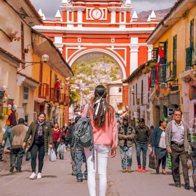 🇵🇪 El Arco del triunfo Ayacucho. Este arco simboliza y representa la victoria del combate de 2 de mayo, en el año 1886, contra los españoles. Lo encuentras muy cerquita de la plaza principal . . . . .  #ayacucho #peru #scarviaja #ciudad #traveldeeper