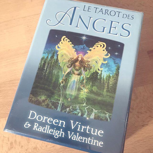 Hello je voulais partager avec vous ce magnifique cadeaux que m'a fait ma maman  Je suis trop contente je me suis mis depuis peu aux tarot et oracle tellement de choses vrai me son dit grâce aux cartes évidemment il faut y croire (moi j'y croit 😊) les cartes sont magnifiques 😍le livre explique super bien très facile pour les personnes comme moi qui commence dans se domaine . avez vous des tarots ou oracles ?  #oracle #tarot #ange #doreenvirtue #spiritualité #voyance #divination