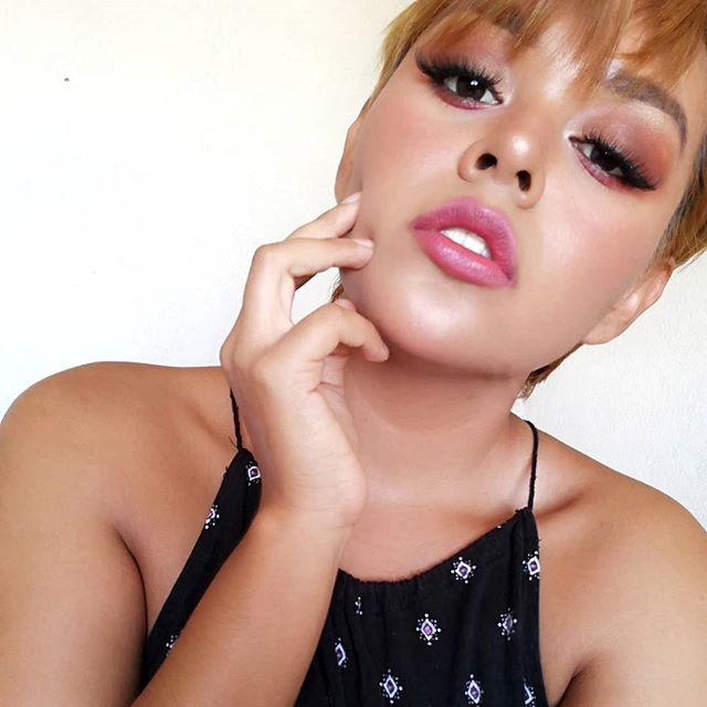 Te estoy viendo y estás piciosa😏  #makeup #naturalmakeup #natural #pink #lips #pinklipstick #hair #haircut #gold #goldmakeup #goldhair #pose #pictures #latina #lashes
