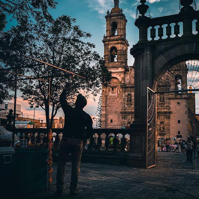 Atardecer en Jardín San Marcos. Aguascalientes, México 🇲🇽 . 📸 Fujifilm X-T30 • • • • • • • • #fujifilmxt30 #mexico_maravilloso #ig_mexico #pasionxmexico #mexicolors #mimexico #streetphotography_mexico #pueblosmagicosmx #lovesmexico  #identidadmexico #mexico_oficial #wu_mexico #arquitecturamx #mexishoots #mexico_maravilloso #captura_mexico #mexicolindo #mexico_tour #instamexicanos #mextagram #travelmexico #mexifables #fujifilmmx #mexico_amazing #aguascalientesmexico #mexchutering #fujixt3 #mexicodesconocido