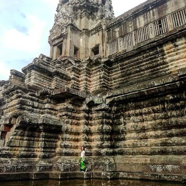 Día 27: 📍Angkor Wat. Hoy hacemos el recorrido largo del complejo empezando con  el amanecer desde el templo Angkor Wat🌄 . Teníamos muchas ganas después de haber visto el año pasado el amanecer en Borobudur, Indonesia, y no nos defraudó. Es mágico😯 . #Cambodia #travelblog #travel #travelgram #instapic #travelphotography #traveller #viajerositinerantes #viajar #travelcouple #mochileros #backpacking #backpacker #instadaily #blogdeviajes #travelawesome #borntotravel  #wanderlust #beautifuldestinations