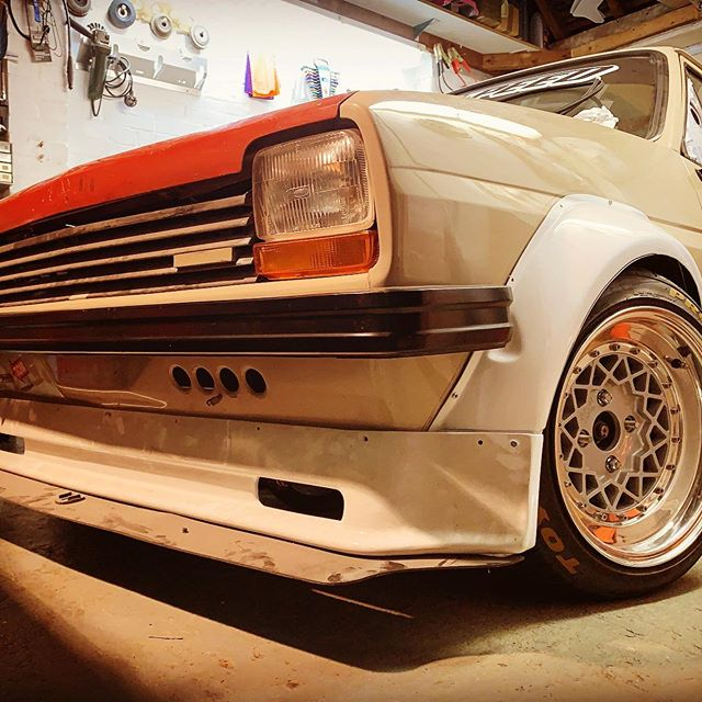 This thing definitely needs a front grill again. zewspeed #turbo #compoundturbo #ford #fastford #instaford #powerengineering #fpe #rollhard #fiesta #mk1fiesta  #fabrication #supersport #xr2 #orbitalmotorsport #classicford #classicfordmagazine