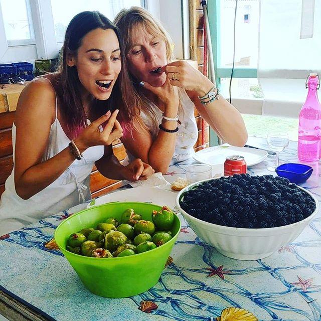 Instant gourmandise avec @isabelleaverous ❤️ • • • • • • • • #momanddaughter #summerend #summerends #momandme #daughterlove #fruitsdesaison #mures #figues #biofruit #fruitgarden
