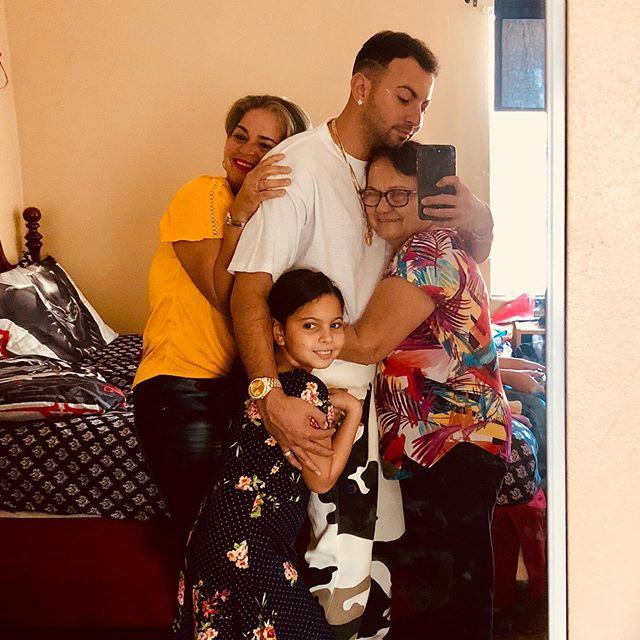 Cuando vienes a ver a tu familia por un día y nadie te quiere soltar 🤣 aquí les presento a su suegra, a mi abuela y mi sobrina, soy el más amado del momento dejen la envidia 🤣
