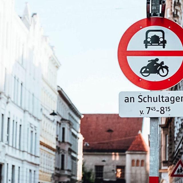 Könnt ihr glauben dass wir heute schon in die zweite Schulwoche starten? 🏫Damit die Kinder sicher in ihre Schulen kommen, gibt es in Wien seit einiger Zeit Schulstraßen. 🛣 Was das heißt? An Schultagen gilt 30 Minuten vor Schulbeginn ein Fahrverbot für Kraftfahrzeuge. Zusätzlich wird der Straßenabschnitt während des Fahrverbots abgesperrt. 🙌🏽#wienwirdwow #schulstraßen #sicherheitgehtvor
