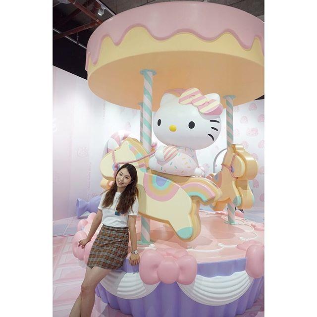 ERRR... I can't find the right word.😛 - . #hongkong #konggirl #hkgirl #travel #lalalanolja #traveljournalist #influencer #라라라놀자 #홍콩 #여행 #떠나자 #프리실라 #라라 #일상 #macau #braodwaymacau #hellokitty #sanrio #hellokittyhelloagain #澳門 #澳門百老匯