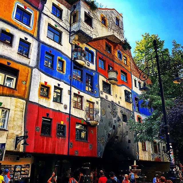 A little bit sightseeing 😌  #hundertwasserhaus #hundertwasser #vienna #viennalove #austria #art #photography #photo #urbanphotography #sunny #summer #chillvibes #enjoy #beauty #beautiful #architecture #architecturephotograpy #1000thingsinvienna #happy #sun #positivevibes