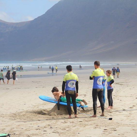 SURF VIBES FAMARADISE  Обучение сёрфингу. Теория. Практика. Изучаем элемент на берегу, отрабатываем его в воде.  С нашими инструкторами все просто.  #famaradise #surfing #onelovesurfcamp #серфингвиспании
