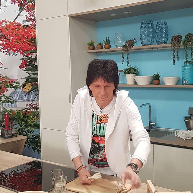 Στην κουζινα με τον Μιχαλη! Πετρετζικης τελος!! #tv #tvshow #greek #cousine #recipeoftheday #stardj #instafood #adj #breakfast #mtsaousopoulos @akis_petretzikis
