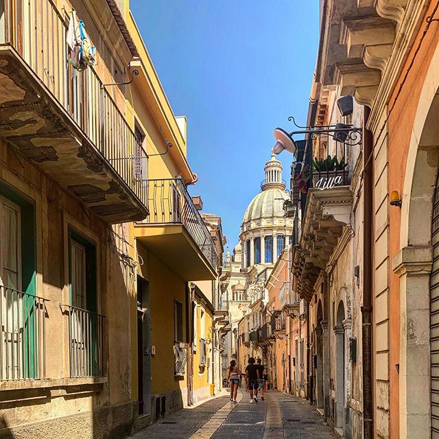 • Sono una parte di tutto ciò che ho trovato sulla mia strada. Lord Alfred Tennyson • • • • • • • • • • • • • • • • • • • • • #siciliaontheroad #ragusaibla #storia #luoghidimontalbano #baroccosiciliano #love #live #life #sicily #sicilia #siciliamondo #sicilylove #siciliabedda #ig_sicilia #igersicilia #igersicily #sicilianworld #igers_ragusa #lovesicilia #amepiaceilsud #siciliagram #photography #likeforlike #likeforfollow #loves_united_ragusa #verso_sud_dettagli #siciliangirl #Lili