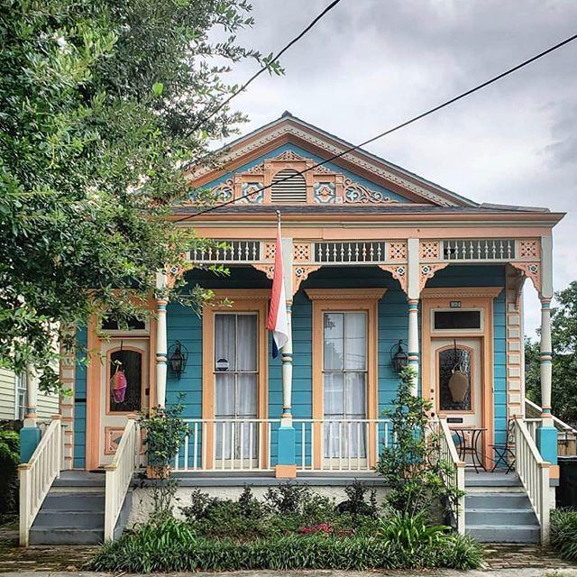 The Cutest Double bay Shotgun House In blue& Peach - repost 📸@mixterdm #nola #ShotgunHouse #oldhouse #peachhouse #bluehouse #HistoricNewOrleans #NewOrleansArchitecture #SouthernLiving #CountryHomeMagazine