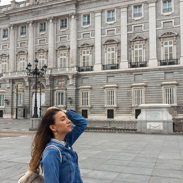 Стартирам септември с яке 😱 Майтапя се. Това са (най-сетне) любимците ми от #Madrid 💛 Да, имам story highlight със снимки от там. Да, това качване е от части заради feed-а. Sue me 😀 Instagram е за запечатване на красивите моменти, затова ви оставям с тези безценни съвети от Мадридо-ветеранка 😂: ☀ Mercado de san Miguel е вълшебно място - непременно си поръчайте tapas с дроб от треска (това е деликатес!) ☀ яката гледка е на покрива на Circulo de Bellas Artes - има опашка и вход, но е жестоко и има романтични легла wink wink ☀ задълже направете #brunch в @pumpumcafe обещавам ви, няма да съжалявате ☀ снимайте се пред City Council-а, защото сградата спира дъха ☀ пак в маркета (върнахме се...) се почерпете с малки саламчета и си поръчайте наливна сангрия ! ☀ и най-важното - тревогите mañana