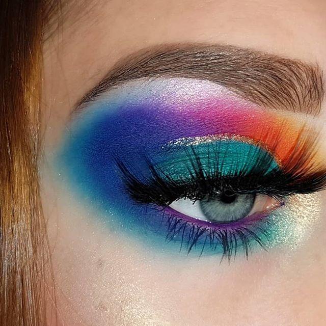 𝐇𝐞𝐲𝐲! 💙 Aujourd'hui on se retrouve pour un petit makeup coloré 🌈 Vous aimez? 😋 Désolée de ne pas trop être présente mais avec la rentrée c'est assez compliqué !  Inspiration : @dumb.makeup  N'hésitez pas à commenter et enregistrer le makeup pour me donner + de visibilité! ☺ . . 𝐄𝐘𝐄𝐒 ♡ Palette Carnival XL pro @bperfectcosmetics @staceymariemua ♡ Lashes @aliexpress . 𝐄𝐘𝐄𝐁𝐑𝐎𝐖𝐒 ♡ Dipbrow pommade in medium brown by @anastasiabeverlyhills ♡ Gel @nyxcosmetics_france . 𝐅𝐀𝐂𝐄 ♡ Concealer 140 @fentybeauty ♡ Highlighter Carnival xl pro palette @bperfectcosmetics . . #morphebabes #enillashare #hatildeamu #makeup #makeupaddict #muasfam #marioncameleon #milieshare #seemelaw #sharememarion #undiscoveredmuas #perrinenavyloves  #sissyshare  #anastasiabeverlyhills #makeupideas #makeupoftheday #amazingmakeupart  #daretocreate #makeupjunkie #revolutionprlist #SpotlightFeelunique #itsevashare #dodoshare #eyelashes #abhprlist #carnivalxlpro #staceymariemua #bperfectcosmetics #breaktherulesxlpro
