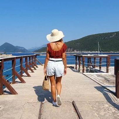 Na mom kanalu vas ceka nas prvi lookbook video, a evo i ovde jednog dela! Mnogo vam hvala na svim divnim komentarima koje mi saljete ovde buduci da na kanalu komentari i dalje nisu omoguceni! 🙄 Ponovo ste nam dali jaaaaak vetar u ledja... ❤❤❤ 📸 @lucky_n_laki 🎶 @nocopyrightsounds . . . #lookbook #crnagora #montenegro #lustica