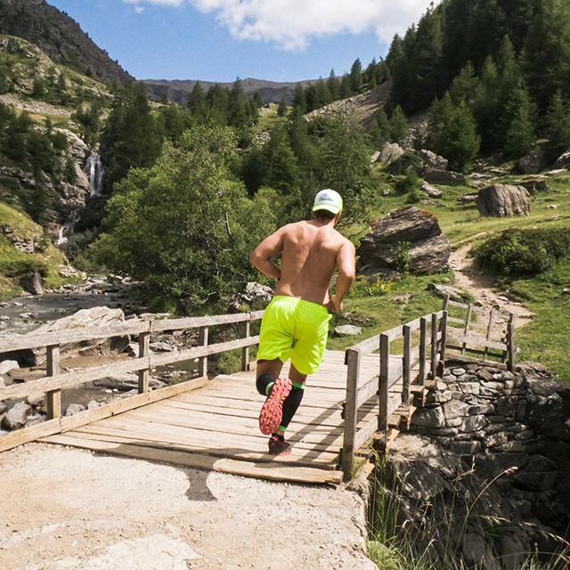 __ . . . #mountain #trail #liveoutdoors #trailrunner #trailrunning #frenchalps #myhautesalpes #damyway #powerteksuit #outdoorsports #mountainlovers #instarun #runnersofinstagram #sportsphotography #worldrunners #naturephotography #champsaur #passiontrail