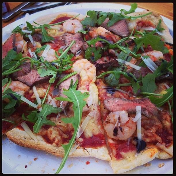 Wie wäre es heute mal mit einer riiiiiiichtig geilen 👉Surf'n'Turf Pizza? 🍕Pizza Margherita vom Grill mit Scampi, Roastbeefstreifen und Rucola. 😍 #grimmbogrillt #essen #grillen #fooddiary #kochen #allfiredup #beef #steaklover #pulledpork #grillmarks #manfood #beefporn #foodie #foodporn #foodgasm #getchasome #meatporn #meatlover #steakporn #monstersteak #meatlove #bbq #barbecue #bbqlife #grill #grilling #hotncold19 #instafood #pizza