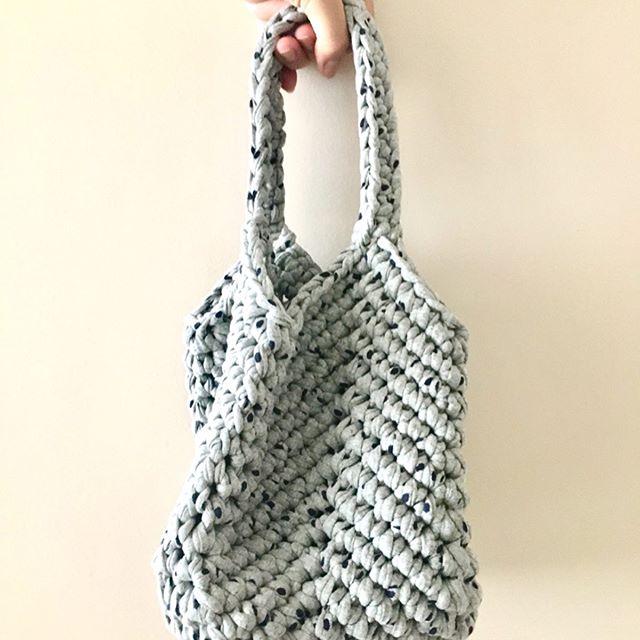 Apaixonada por essa bolsinha quadradinha😍🥰 Inspirada na Letícia @cocoon_atelier  que fez uma fofura assim tb e gentilmente compartilhou a autora do projeto @bykseniyadesign #bolsinhaartesanal #handmade #handmadebags #crochemoderno #crochetbags #feitoamão #compredequemfaz #designcrochet #bolsasaco