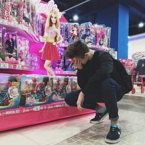 Johnny juega con Barbie