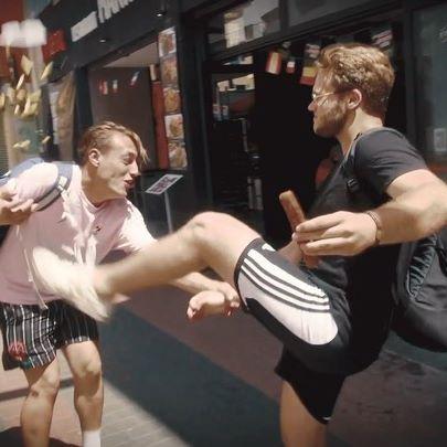 Wie heeft er ook zo'n kort lontje?! 💥😂 #LINKINBIO #KungFuFighting