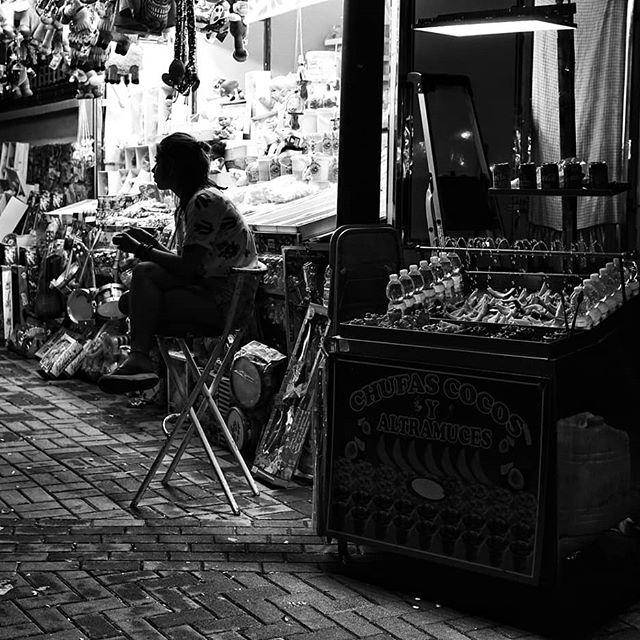 La soledad de quien trabaja en ferias ambulantes para que otros de diviertan y rían....#instablackandwhite #blackandwhiteperfection #blackandwhite #blancoynegro #streetphotography #street #sony #sonya6300 #alpha #sonyalpha #igersgranada #granagramers