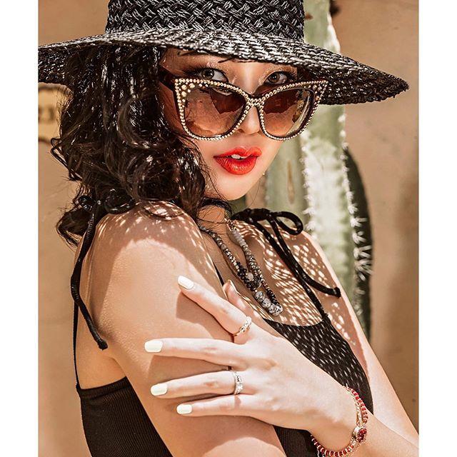💄: Me 📸: @adelynphotography 💍: @laladydesigns 🧵: @sisiaduke @loveflowerpower ✂️: @thatguyhmua Model: @sabrinajyuan Stylist: @weezys_playhouse . . . . #MakeupMafia #WakeUpAndMakeup #UnderratedMUAs #MakeupArtistWorldwide #Undiscovered_MUAs #MakeupOfTheDay #MakeupArtist #MUA #FreelanceMakeupArtist #UndiscoveredMUAs #Makeup #Makeuplook #HighFashionMakeup #Magazine #Java #Photoshoot #Photography #MakeupPhotoshoot #Fashion #FashionPhotoshoot #Scottsdale #Arizona #Resort #RoyalPalms