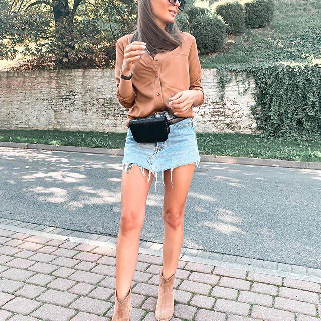 Dzień Dobry w Środę 🤭korzystam póki mogę jeśli chodzi o stylizacje z gołymi nóżkami 😋 kto wie na ile pozwoli Nam jeszcze ta pogoda 😏 • koszula @xanacollection  #me #polskakobieta #polskadziewczyna #brunetka #stylizacja #jesien #krotkaspodniczka #jeanslovers #jeans #levis #botki #koszula