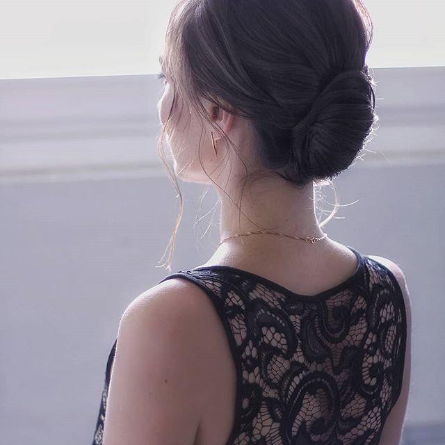 Зачем обрезать прическу по шею, если ценен сам образ? Что такого можно увидеть вблизи, чего не увидишь с этого ракурса?  Мне кажется, это очень красиво💕 ________ #пучок_alesyahairstyle #пучокминск #прическаминск #прическиминск #вечерняяприческаминск #свадебнаяприческаминск
