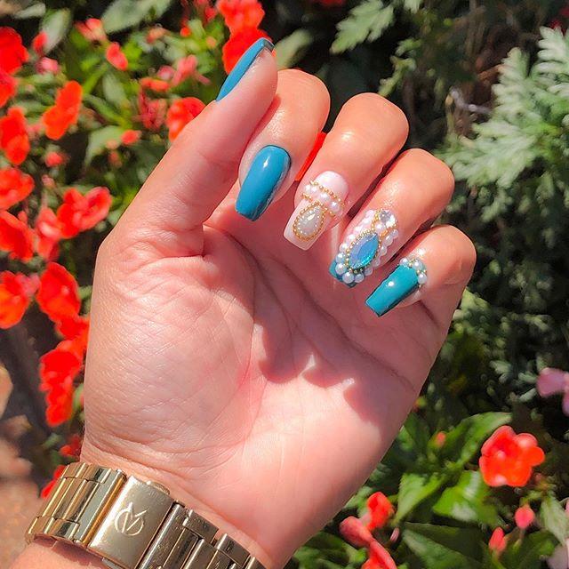 Porque a minha manicure arrasa né! 💕 Estou apaixonada pela minha unha da semana. 🥰 ( Minha seguidoras tem desconto ) . . . . . #unhas #unhadasemana #unhasdecoradas #unhascomjoias #unhaeesmalte