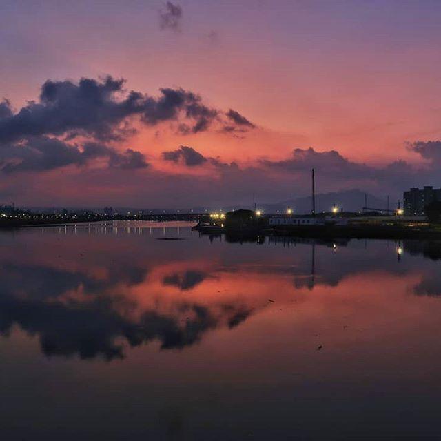 Just need to wait . . . #sunset#twilight#reflections#eveningsky #dusksky#goodevening #almostnight #skyline#sky#clouds