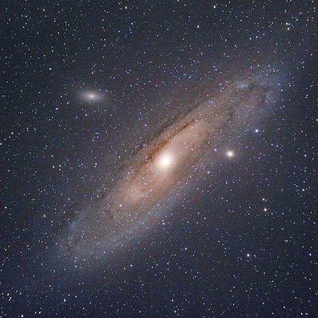 La Galaxia de Andrómeda nuestra vecina cósmica y la galaxia contra la que, irremediablemente, colisionará nuestra vía láctea.  Primera luz del nuevo Skywatcher 72ED, simplemente impresionante cómo se complementan la Star Adventurer y el 72ED para hacer maravillas como esta. Posiblemente el equipo más low cost y portable para hacer astrofoto de cielo profundo.  #pixinsight #astrofotografia #astrophotography #fotografonocturno #noctografos #noctambulos #europeanspaceagency #universe #universo
