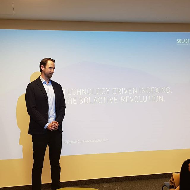Just 15 minutes late, Felix starts #fintech #meetup #Frankfurt. Today presentations are about indexes for passive investments  #rheinmainrocks #frmstartupscene #tech #technologie #investing #index #passiveinvesting #indexing #assetmanagement #mutulfund #investmentfonds #indexprovider