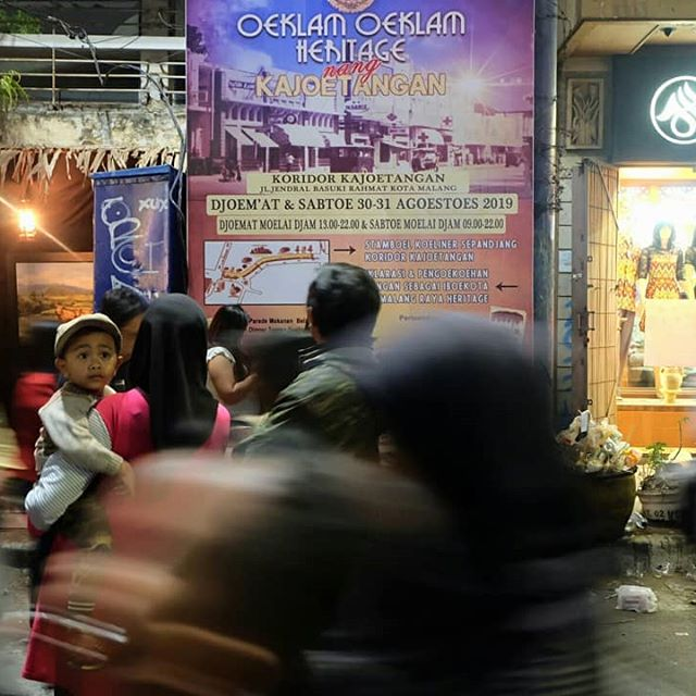 Ngalam, 2019.  #uklamuklamnangkajoetangan #walkingalam  #documentary  #documentaryphotography  #instasunda  #life_is_street #streetgrammers #serikat_sp #indonesia_onthestreets #maklumfoto #streetphotography #indostreetproject #lensculture #challengerstreets #storyofthestreet #spicollective  #1000kata  #featuredshot #photooftheday  #kulukilir #galeriakhirpekan #streetphotographyindonesia  #terfujilah