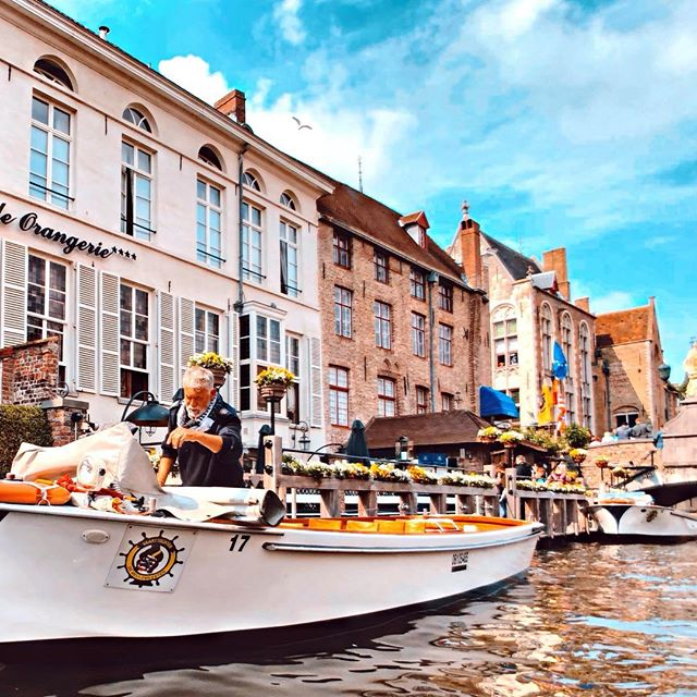 "- ""Venice of the North""-Bruges,Belgium 🇧🇪 - 等退休後我也要當個老船長 載著老婆遨遊四海 - #重點是未來的老婆在哪🤔 #連個影子都沒看到  #belgium #brugge #比利時 #布魯日"