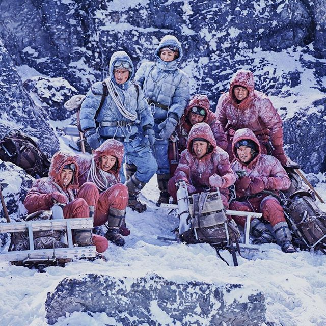 【真人真事改編 ‼️零下 20 度極地拍攝🥶🥶】 海拔八千米以上,死亡隨時發生!1960年,中國登山隊首次成功征服珠峰,締造「零的突破」。15年後,登山隊為了更準確量度珠峰高度,曾參與首次登頂壯舉的時任隊長方五洲(吳京 飾)和隊員曲松林(張譯 飾)在氣象學家徐纓(章子怡 飾)的幫助下,帶領李國梁(井柏然 飾)、楊光(胡歌 飾)等年輕隊員再度挑戰世界之巔,面對嚴峻環境,果真能登上去,活著回來嗎? 《攀登者》改編自人類史上首次由北坡征服珠峰事蹟,由徐克監製、李仁港執導,十月隆重上映!  #ATV #HKATV #亞洲電視 #攀登者 #珠峰 #徐克 #章子怡 #吳京 #井柏然  #胡歌  #電影資訊 #娛樂