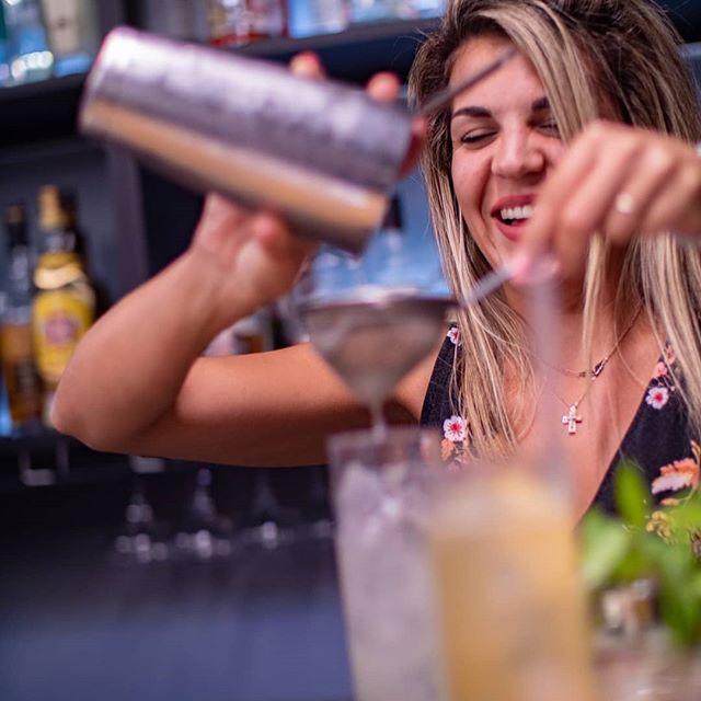 """Η τεχνική του shake είναι μια """"χορογραφία"""" που συχνά καταλήγει στο θεάρεστο διπλό σούρωμα του cocktail μας✌️👌 Εσύ ξέρεις σωστά αυτήν την τεχνική; 🤔 . . #baracademyhellas #professionalbartenders #athens #greece #bar #bars #bartenders #bartending #barista #bartender #coffee #brewing #espresso #cocktail #cocktails #alcohol #athensvibe #baracademy #bartendersschool #barscene #bartenderslife #baristalife #baristadaily #  #coffeeholic #professionalbarista #athensbars"""