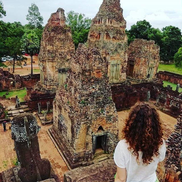 Día 26: 📍Siem Reap. Después de 25 días recorriendo Vietnam entero cambiamos destino y nos vamos a Camboya a descubrir los maravillosos templos de Angkor Wat. . El complejo es gigante y aunque seguramente se puede hacer en un día, eso sí, sin parar. Nosotros optamos por hacerlo en dos días. La entrada de dos días te sirve en realidad para 3 dias y cuesta 62 dólares americanos por persona. . Dentro del complejo ademas del más grande que es Angkor hay muchísimos más templos. Son preciosos e impresionantes. Nosotros para recorrerlos optamos por contratar un tuk tuk, los precios oscilan entre los 15-20$ al día, pero podéis coger también con guía, una opción muy interesante pero algo más cara claro. #travelblog #borntotravel #beatifulplaces #seetheworld #letsgoeverywhere #igtravel #travelgram #traveller #doyoutravel #backpacking #discoverearth #globetrotter  #travellust #travelphotography #mochileros #viajerositinerantes #viajar