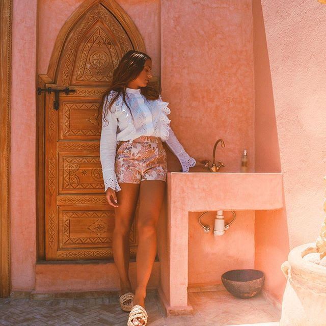 Terracotta walls, moroccan doors, golden sinks, magical pools, breakfast with a view 🥰 @bemarrakech has it all. We went back this year to have a wonderful lunch in this cute setting at the rooftop. Thanks for having us again.🙏🏽 ~ ~ #doyoutravel #traveladdict #travelawesome #travelgram #travelbook #traveldiaries #travelnow #travelgirls #dametraveler #journeysofgirls #sheisnotlost #travelwomen #creativetravel #aroundtheworld #tagsta_travel #lifewelltravelled #beautifulplaces #beautifuldestinations #livingplaces #worldlust #wanderlust #wanderer #exploringtheglobe #morocco #marrakech #visitmorocco #passionpassport #travelcommunity #travelphotography