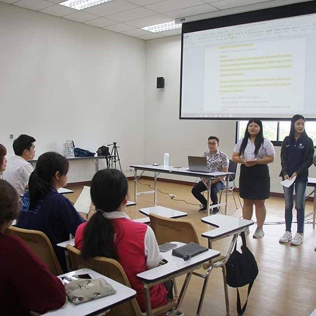 Ini adalah kelas khusus untuk calon MC Bahasa Inggris di kampus Thailand. Sebenernya, saya lebih suka ngasih training dari pada jadi dosen :D karena kalau jadi dosen akan ada mahasiswa yang dapet A, B, C, D atau F. Tentunya akan ada percikan drama2 ala Thailand. Tapi kalau begini, mereka datang bukan buat nilai tapi buat ilmu dan gak usah kasih nilai apapun.