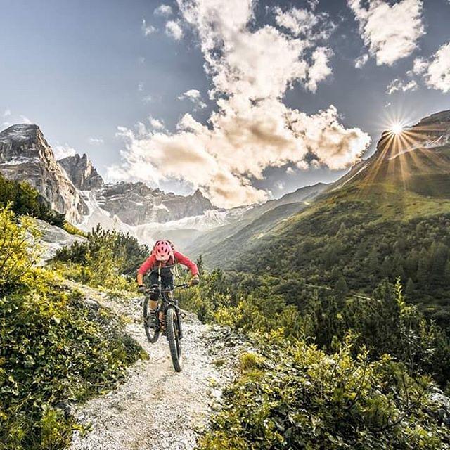 Noch die letzten Sonnenstrahlen genießen 😍☀️ Die Herbststimmung lieb ich, so traumhaft schön... __________________ @conway_bikes @freeride.inc.austria @rieseldesign @vaudesport @gloryfy  #freerideincaustria #yourspirit #vaudesport #vaude #tribulaun #bike #vaudeexperience #1000likes #gloryfy #instamoment #conwaybikes #herbst #gopro #mountainbikeismylife #ilovebike #redbull #ilovemybike #girlpower #hardtailmtb #instamoment #instagram #pictureoftheday #mountaingirl #mtb #mountainbike 📷@martindepauli