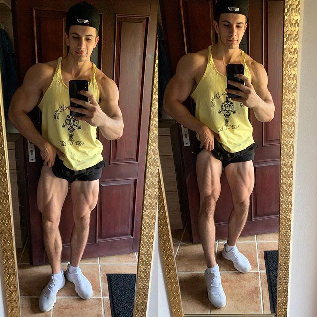 No i noga w piórach💪 Szybko ta redukcja poszła🤫 #kulturystyka #legs #nogi