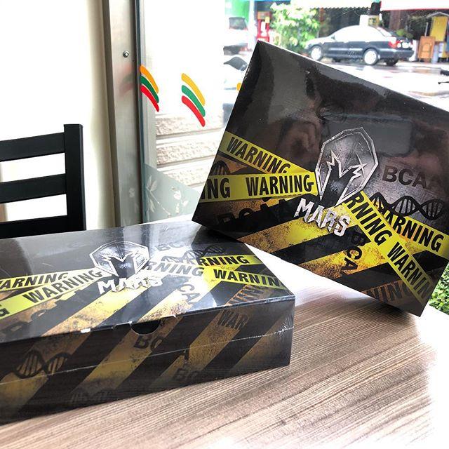 #運動補充  剛拿到 @mars.taiwan 的BCAA 真的是又驚又喜😍😍 每盒內含有20包,每包份量15g包含7g的BCAA🔥  口感上別於他牌的BCAA帶有藥水味🤮 味道和我們在外坊間購買的「蜂蜜檸檬」飲料真的差不多👍 根本就是在喝飲料的港覺😂  包裝也和他們家的乳清蛋白一樣 都是每一份採獨立分裝,不會有攜帶不方便的問題💯 而且做的那麼有質感,也感覺的出對產品的用心❤️ - 什麼是BCAA❓我需要BCAA嗎❓ 💥BCAA其實就是「支鏈胺基酸」,指的是人體必需氨基酸中的異白胺酸(isoleucine)、白胺酸(leucine)、纈胺酸(Valine)。人體的肌肉中有大量的BCAA,所以又稱其為「肌肉胺基酸」,其中的白胺酸是刺激人體肌肉合成蛋白質不可或缺的元素💪💪 攝取BCAA能夠有助於肌肉的合成,並減少運動時乳酸的產生,降低疲勞感😪降低肌肉流失。 一般而言富含蛋白質的食物中多少都含有必須氨基酸,所以大部分的人透過正常飲食,都可以獲得足夠的BCAA 🥦🍠🌽🍖🥩🍤🍣🥗 - 💥BCAA聽起來很厲害,可以促進肌肉合成又能減少肌肉流失,但真的有使用的必要嗎🤔 如前面所說,就算不刻意去補充,只要吃肉類、蛋類及乳製品等富含蛋白質的食物,其實就能夠獲得所需的必須胺基酸。 我個人平常也不會特地攝取BCAA,只有在減脂期時,在降低每日熱量攝取時,「運動中」適量的補充BCAA來達到有效的幫助,避免在減脂過程中流失肌肉‼️‼️ - #減脂期 #蛋白質 #卡路里  #健身 #健身房 #重訓 #訓練 #鍛鍊 #減脂 #運動 #增肌 #增肌減脂 #健康飲食 #飲食紀錄  #healthyfood #lunch #protein #fitness #motion #gym #weight #musclegain #health #training #workout #motion #diary #hardlifting #BCAA