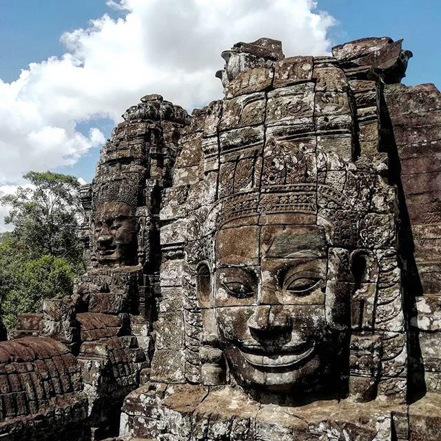 Día 28: 📍Bayon Temple. Es uno de los dos templos más importantes  y más fotografiados después del de Angkor.📷 . Aunque a simple vista parecen un montón de ruinas cuando entras te quedas asombrado por las 54 torres y sus más de 200 caras sonrientes. 😯 . Hemos de decir que impresiona y fue uno de los que más nos gusto, por eso no necesita ni filtros.😍 . ¿Con que templo del complejo Angkor Wat os quedaríais? 🤔 .  #Cambodia #bayontemple #angkorwat #travelblog #travel #travelgram #travelphotography #traveller #viajerositinerantes #viajar #travelcouple #mochileros #backpacking #backpacker #instadaily #blogdeviajes #beautifuldestinations #wanderlust #descubriendoelmundo #aroundtheworld #instapic